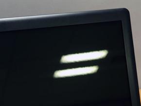 液晶显示器的表面处理会对背景反射产生影响。 光面面板会阻碍背光源的表面扩散,这使其更容易达到高色纯度,但也更容易反射用户人像或照明光线