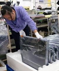 组装过程首先从液晶显示面板开始。 液晶面板从供应商运送到我们工厂时包裹在塑料袋和泡沫塑料容器内。 准备好进行组装后,将面板从包装中取出,正面朝上放在粉红色的保护垫上。