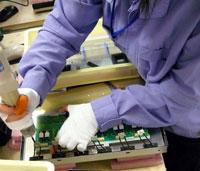 将一个逆变器PCB(印刷电路板)在液晶面板的背面,然后用电钻固定