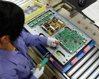 将液晶面板放入边框后,再装上由艺卓的一家专门的工厂生产的电源板和主板。
