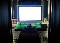 组装完成后,每台显示器都要在图像检查装置内经过初始屏幕检查。 在黑色窗帘里面,一台CCD相机自动检查显示器是否正确显示图像。