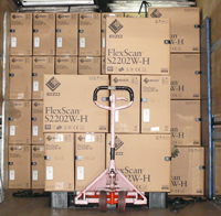 包装完成后,显示器被装上卡车,一路被送到客户手中。
